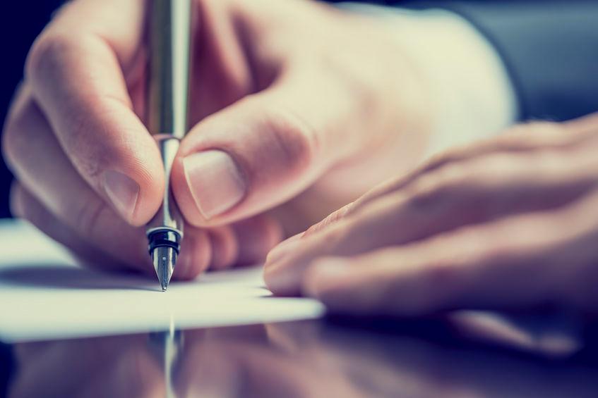 תקריב ידיים בחתימה על מסמך